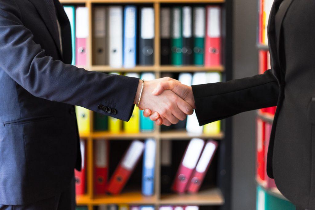 Wenn dein Berater dir die Hand gibt, will er vor allem eines: verkaufen